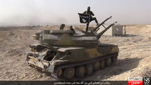 Bojownik Daesh na zdobytym czołgu syryjskiej armii - Sputnik Polska