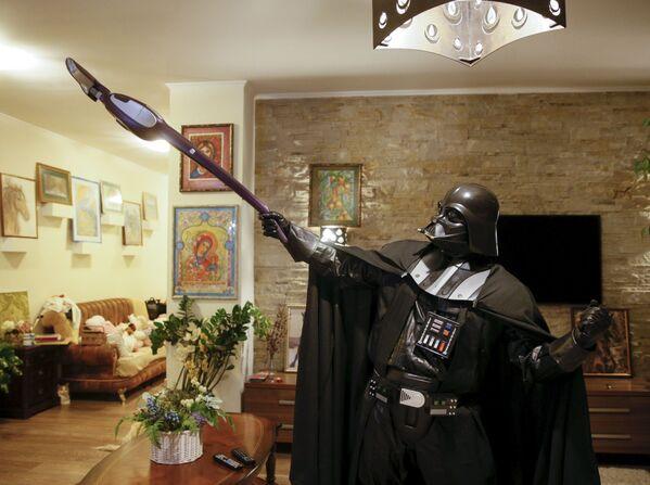 Odeski Darth Vader dba o czystość swojego domu. - Sputnik Polska