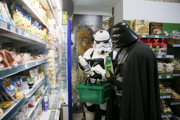 Darthowi Vaderowi, tak samo jak Chewbacce nic ludzkie nie jest obce, w tym uczucie głodu. - Sputnik Polska