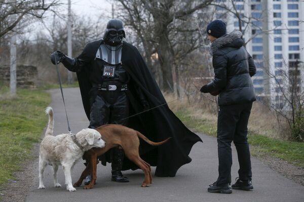 Niezwykły wygląd Dartha Vadera nie straszy mieszkańców Odessy ani ich psów. - Sputnik Polska