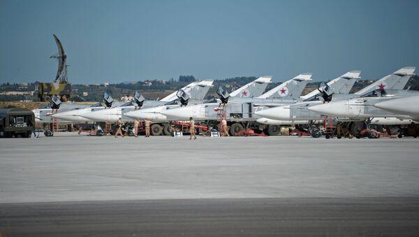 Bombowce Su-24 w bazie lotniczej Hmeimim w Syrii - Sputnik Polska