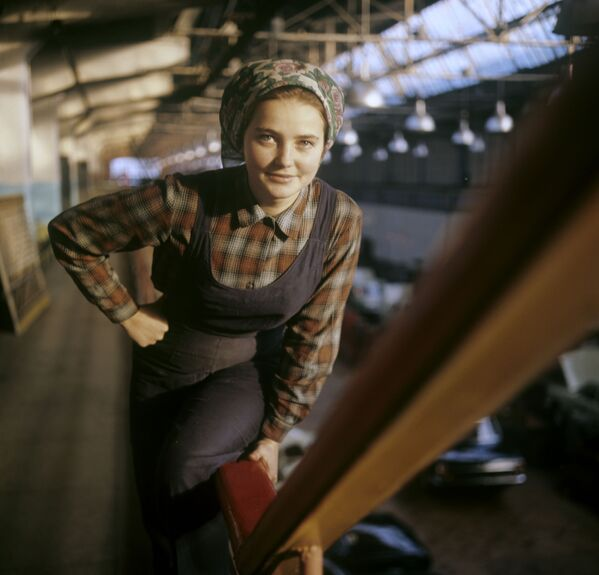 Pracowniczka Gorkowskiej Fabryki Samochodów (GAZ) w Niżnym Nowogrodzie (zdjęcie archiwalne). - Sputnik Polska