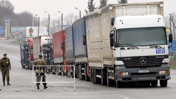 Międzynarodowe samochodowe przejście graniczne Hoptiwka na granicy ukraińsko-rosyjskiej - Sputnik Polska