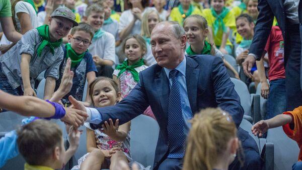 President Vladimir Putin talks to children during his visit to the Mosquarium Center of Oceanography and Marine Biology at VDNKh - Sputnik Polska