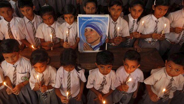 Indyjscy uczniowie trzymający w rękach portret Matki Teresy, Kalkuta, Indie - Sputnik Polska