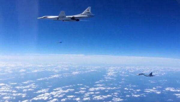Rosyjskie myśliwce Su-30SM i bombowiec strategiczny Tu-160 - Sputnik Polska