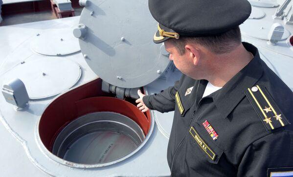 Kapitan I rangi rosyjskiego krązownika Moskwa Aleksandr Szwarc przy systemie przeciwlotniczy pocisków rakietowych - Sputnik Polska