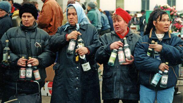 Moskwa, 1992 rok. Sprzedaż alkoholu z rąk na Dworcu Jarosławskim - Sputnik Polska