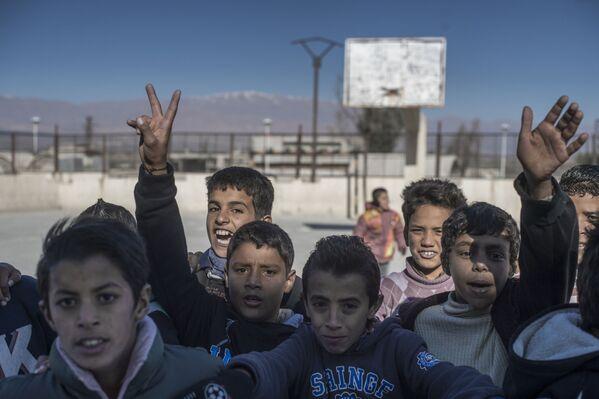 Uczniowie w szkole dla uchodźców w miejscowości Al-Kom w Syrii - Sputnik Polska