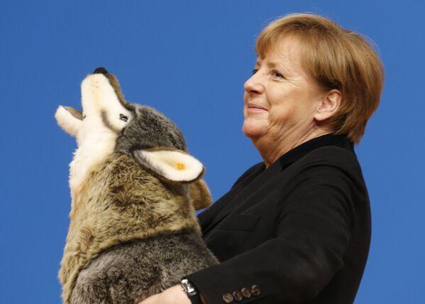 Kanclerz Niemiec Angela Merkel z pluszowym wilkiem - Sputnik Polska