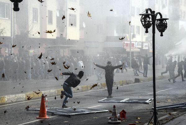 Starcia Kurdów i tureckiej policji w centrum tureckiego miasta Diyarbakir - Sputnik Polska