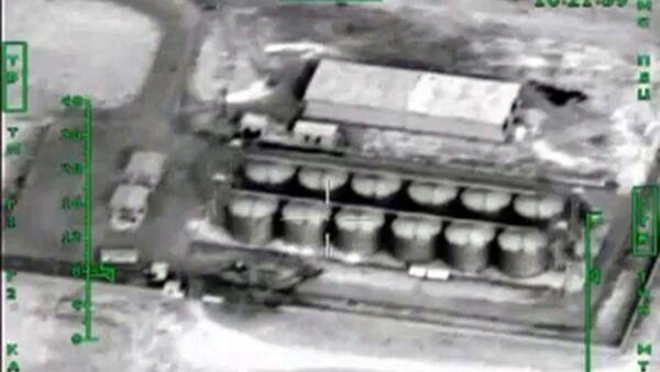 Nalot Sił Lotniczo-Kosmicznych Rosji na magazyny ropy naftowej terrorystów w Syrii - Sputnik Polska
