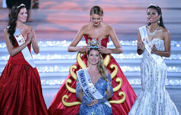 Miss World 2015 Mireia Lalaguna Rozo z Hiszpanii. Koronę na głowę zakłada była Miss World Jolene Strauss. - Sputnik Polska