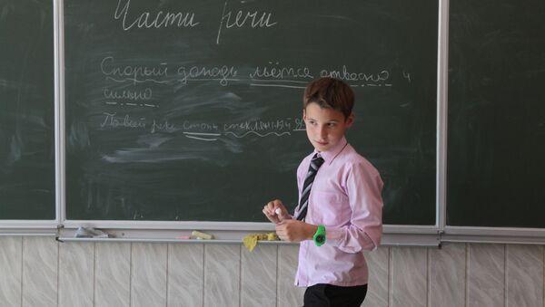 Uczeń przy  tablicy na lekcji języka rosyjskiego w gimnazjum w Kijowie - Sputnik Polska