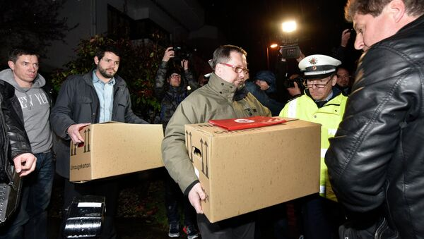Investigators carry boxes from the apartment of Germanwings airliner jet co-pilot Andreas Lubitz, in Duesseldorf, Germany - Sputnik Polska