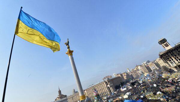 Ukraińska flaga na Majdanie Nezałeżnosti w centrum Kijowa - Sputnik Polska