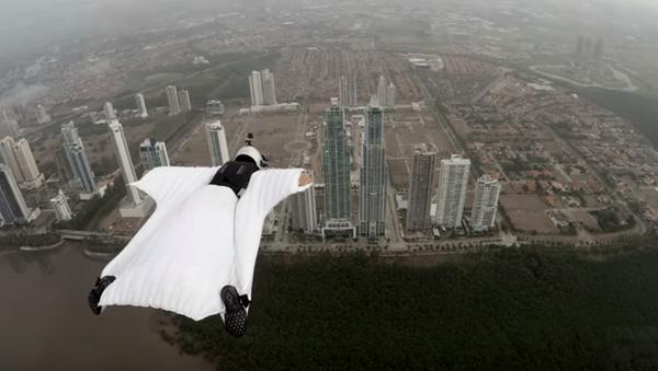 Włoska modelka Roberta Mancino odbyła lot w kombinezonie wingsuit - Sputnik Polska