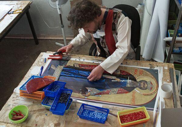 """Artysta pracowni mozaiki """"TAWR"""" Oleg Kostenko wykonuje mozaikę ikony św. księcia Włodzimierza, która zostanie ustawiona wraz z krzyżem przy wjeździe do kosmodromu Wostocznyj w obwodzie amurskim. - Sputnik Polska"""