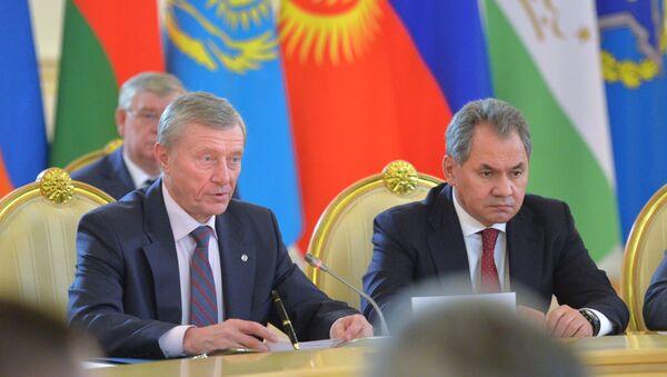Sekretarz generalny OUBZ Nikołaj Bordiuża i minister obrony Rosji Siergiej Szojgu na Kremlu - Sputnik Polska