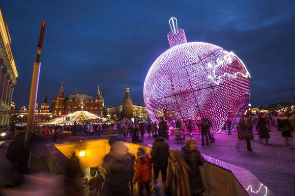 17-metrowa bombka choinkowa na placu Maneżowym w Moskwie - Sputnik Polska