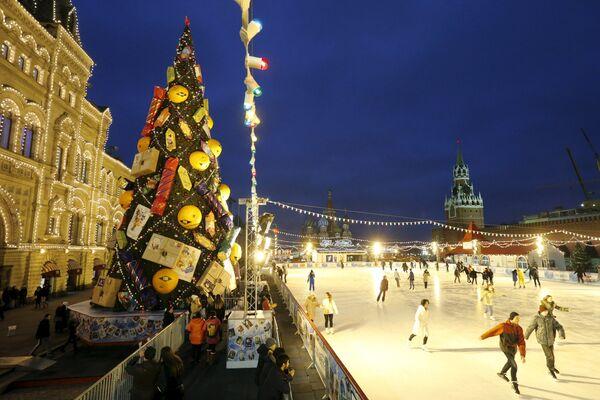 Lodowisko obok choinki bożonarodzeniowej na Placu Czerwonym - Sputnik Polska