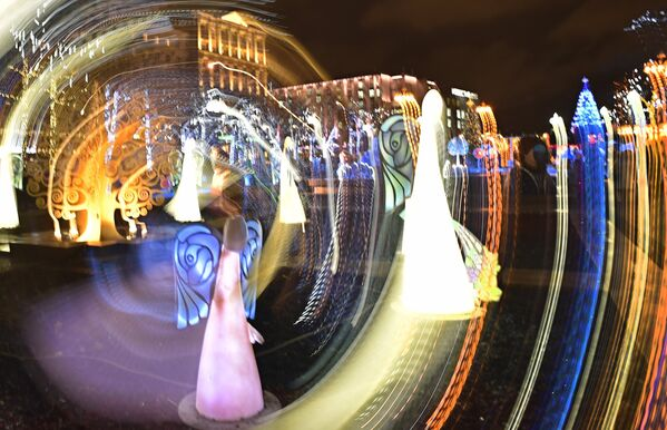 Dekoracje świąteczne z okazji nadchodzących Świąt Bożego Narodzenia i Nowego Roku w centrum Moskwy - Sputnik Polska