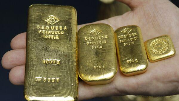 Sztabki złota o wadze 1 kg, 500 g, 250 g i 50 g w banku w Stuttgarcie, Niemcy - Sputnik Polska
