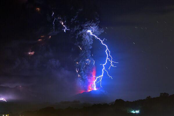 Błyskawice podczas emisji lawy z wulkanu Calbuco w Chile - Sputnik Polska