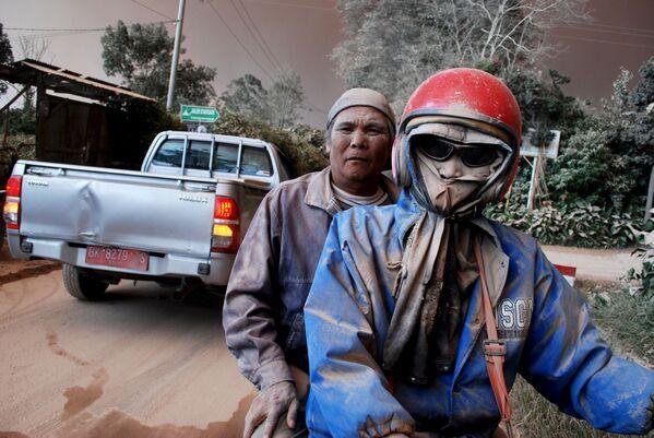 Ludzie, pokryci popiołem z wulkanu Sinabung - Sputnik Polska
