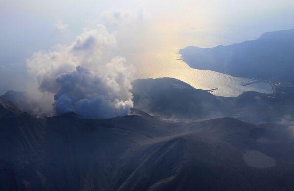 Erupcja wulkanu Shindake w Japonii - Sputnik Polska