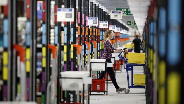 Pracownik firmy Amazon w punkcie wydawania towarów, Londyn - Sputnik Polska