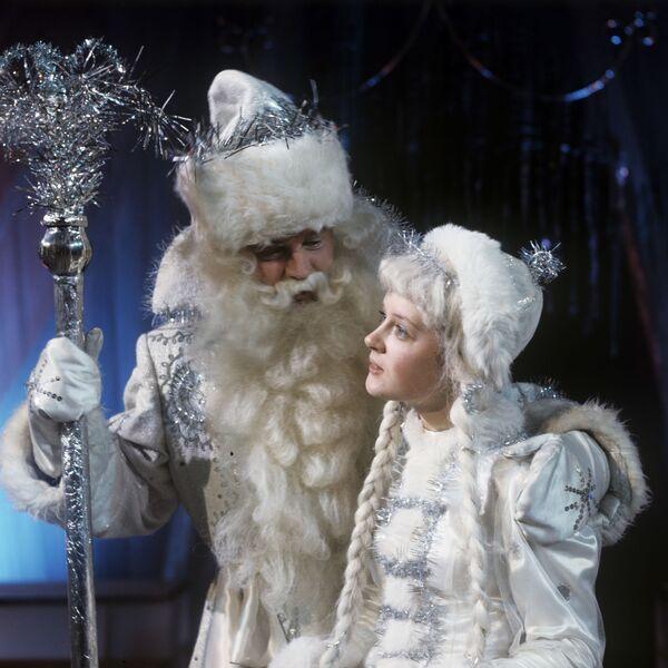Dziadek Mróz i Śnieżynka na noworocznej imprezie dla dzieci w Moskwie - Sputnik Polska