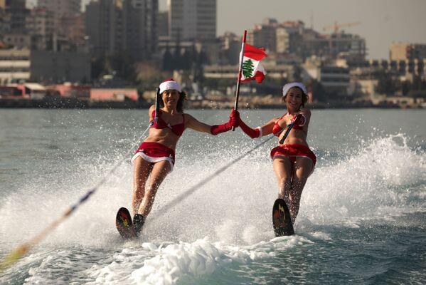 Dziewczyny w strojach świętego Mikołaja w Libanie - Sputnik Polska