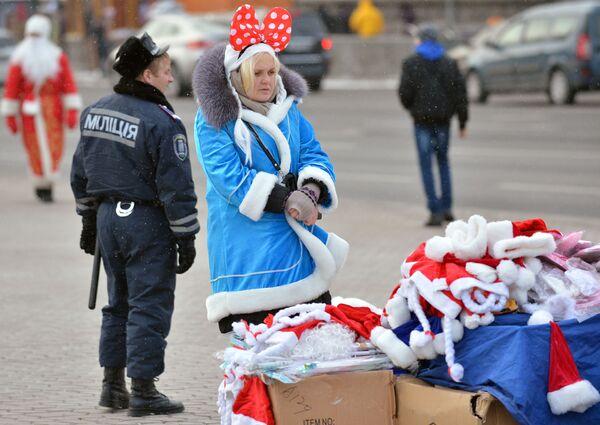Dziewczyna w stroju Świętego Mikołaja w Kijowie - Sputnik Polska