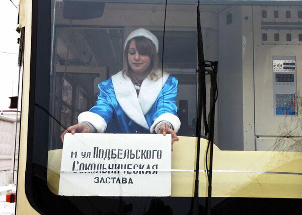 Kierowca transportu publicznego w Moskwie w stroju Śnieżynki - Sputnik Polska