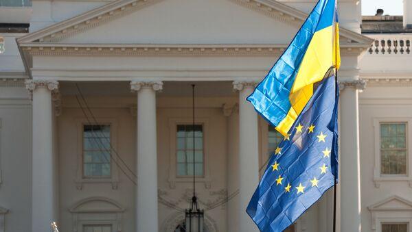 Flagi Ukrainy i UE przed Białym Domem w Waszyngtonie - Sputnik Polska