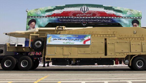 Irański pociski balistyczny Sadżil podczas defilady wojskowej w Teheranie - Sputnik Polska