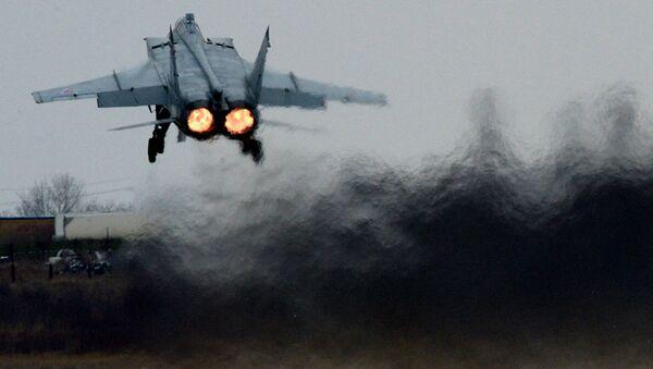 """Myśliwiec MiG-31 dokonuje wzlotu podczas manewrów lotniczo-taktycznych Wschodniego Okręgu Wojennego na lotnisku """"Centralnaja Ugłowaja"""" w Kraju Nadmorskim. - Sputnik Polska"""