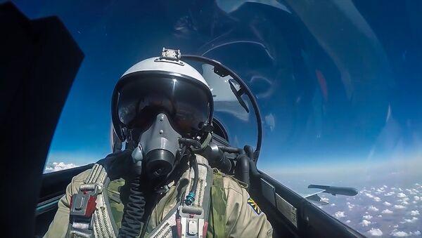 Pilot rosyjskich sił powietrznych podczas lotu bojowego. - Sputnik Polska