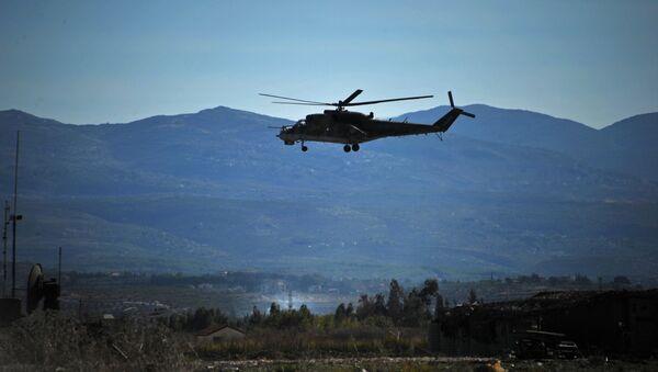 Śmigłowiec Mi-24 oblatuje terytorium bazy lotniczej Hmelmin w Syrii. - Sputnik Polska