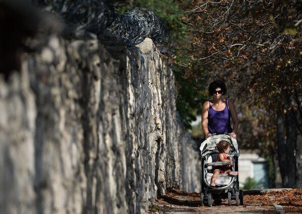 Kobieta z dzieckiem na ulicy w Sewastopolu - Sputnik Polska