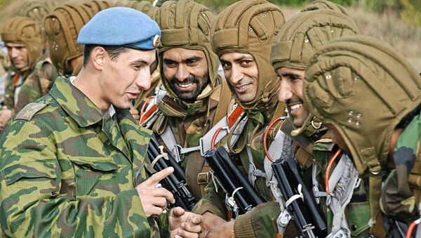 Rosyjscy i indyjscy wojskowi w czasie wspólnych ćwiczeń w obwodzie pskowskim - Sputnik Polska