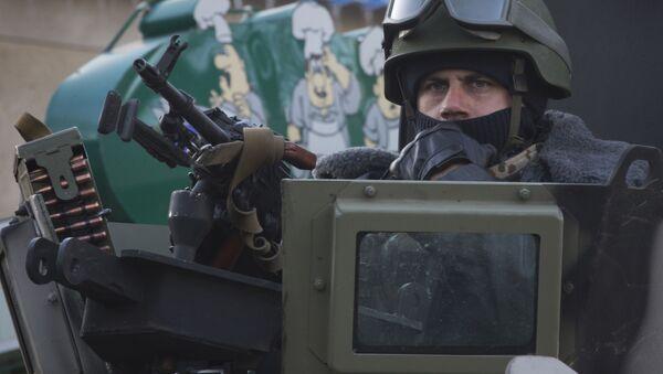 Uzbrojony żołnierz ukraińskiej armii - Sputnik Polska