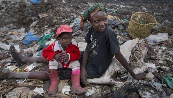 Kobieta z dzieckiem zbierają śmieci na wysypisku w Nairobi w Kenii - Sputnik Polska
