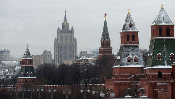 Widok na wieże Moskiewskiego Kremla i budynek MSZ w Moskwie - Sputnik Polska