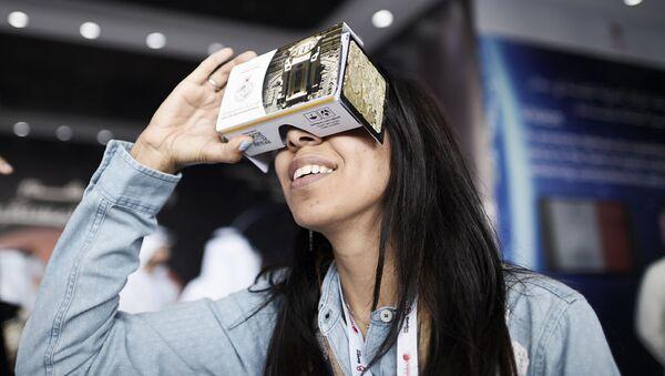 Dziewczyna wkłada okulary 3D podczas Bahrain International Airshow - Sputnik Polska