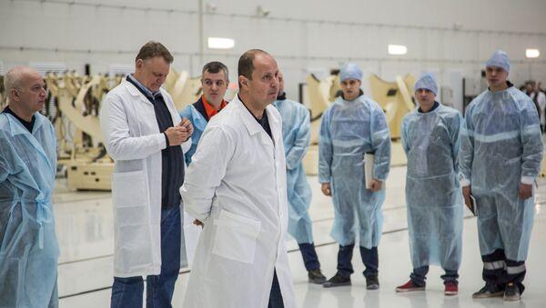 Pracownicy Federalnej Agencji Kosmicznej Roskosmos w korpusie montażowo-doświadczalnym na kosmodromie Wostocznyj. - Sputnik Polska