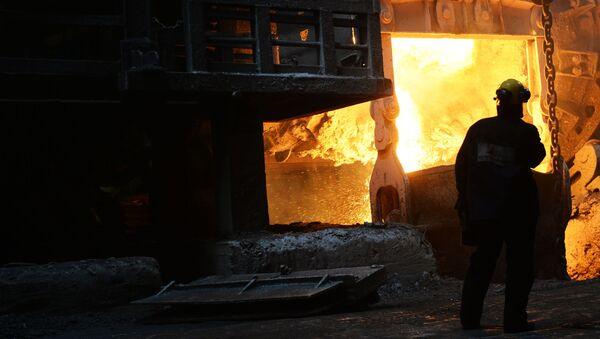 Wytapiania metalu w hali produkcyjnej w hucie Norilsk Nikel - Sputnik Polska