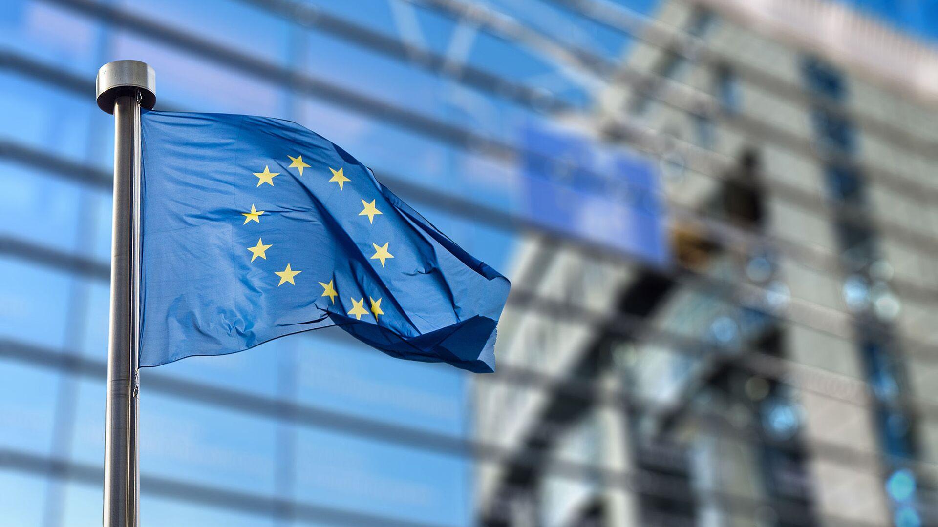Flaga Unii Europejskiej na tle budynku Parlamentu Europejskiego w Brukseli - Sputnik Polska, 1920, 12.10.2021