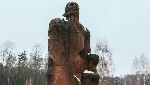 Pomnik Matki z dzieckiem w miejscu obozu zagłady Sobibór w Polsce - Sputnik Polska